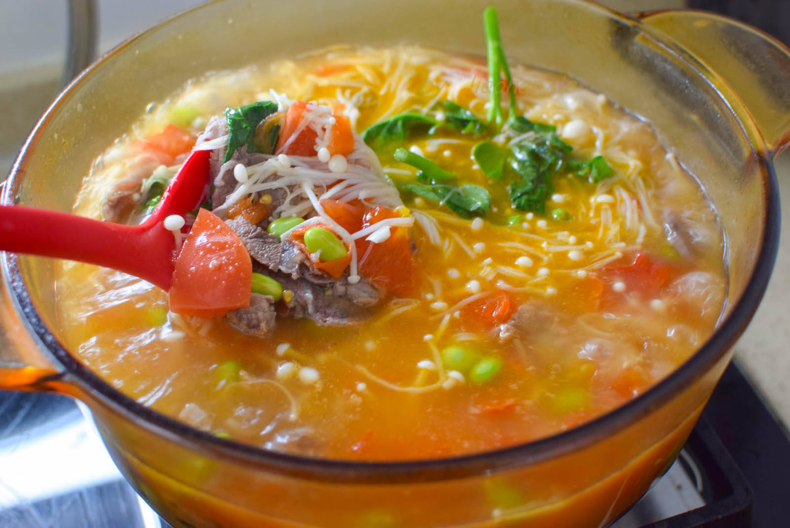 用牛肉煮汤,这方法最简单,切切煮煮就做好,咸鲜开胃适合夏天