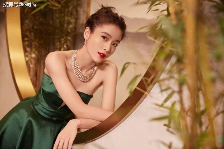 张雪迎一袭抹胸连衣裙,清澈明亮,尽显少女的秀气范