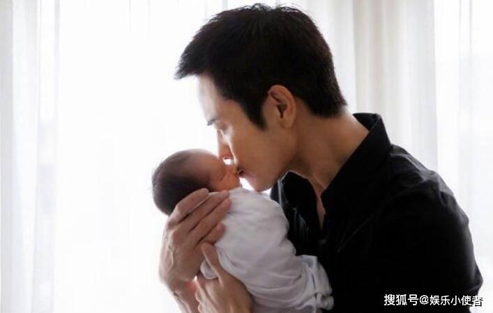 郑嘉颖二胎得子 抱着儿子亲吻额头父爱满满