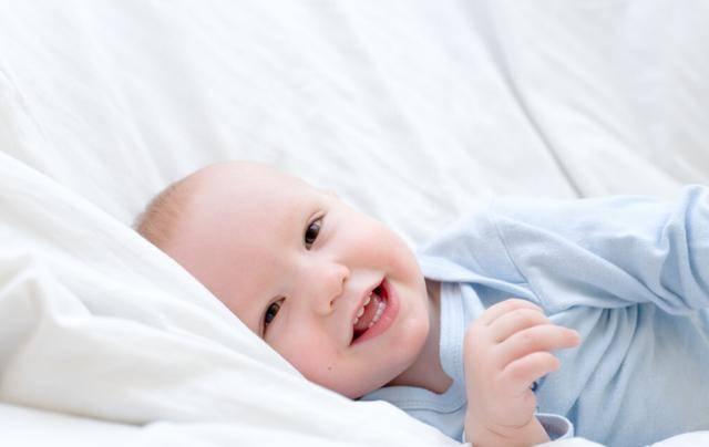 """孩子入睡后习惯""""满床打滚""""?家长弄懂这些原因,让娃睡得更安稳"""
