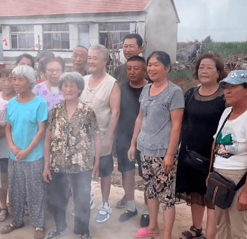 赵本山回农村与老乡们合影!苍老憔悴的模样,让人看了很心酸