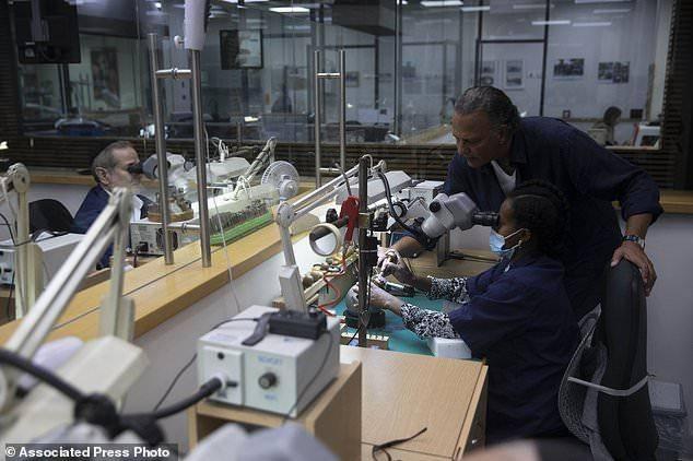 世界上最贵钻石18K金口罩由华人买走,3600颗钻石价值一栋房子