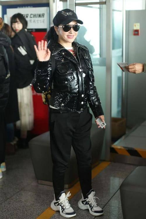 刘晓庆终于穿上了老年装,再踩双平底鞋,当个普通老人!