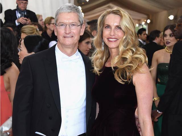 原创乔布斯56岁遗孀回春了?穿低领泳装秀身材,与小7岁光头市长恋爱