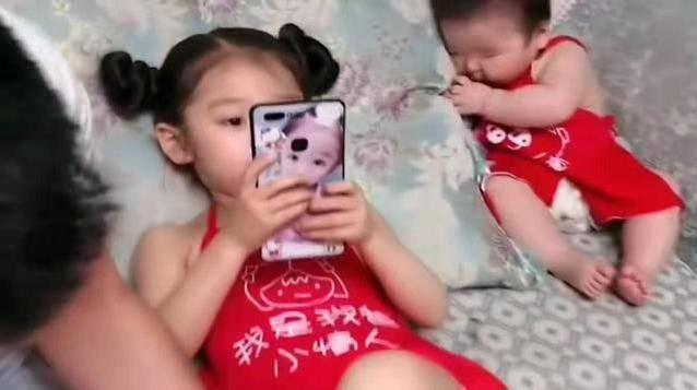同一个爹生的,女儿吃西瓜,儿子只能啃瓜皮,网友:儿子是意外