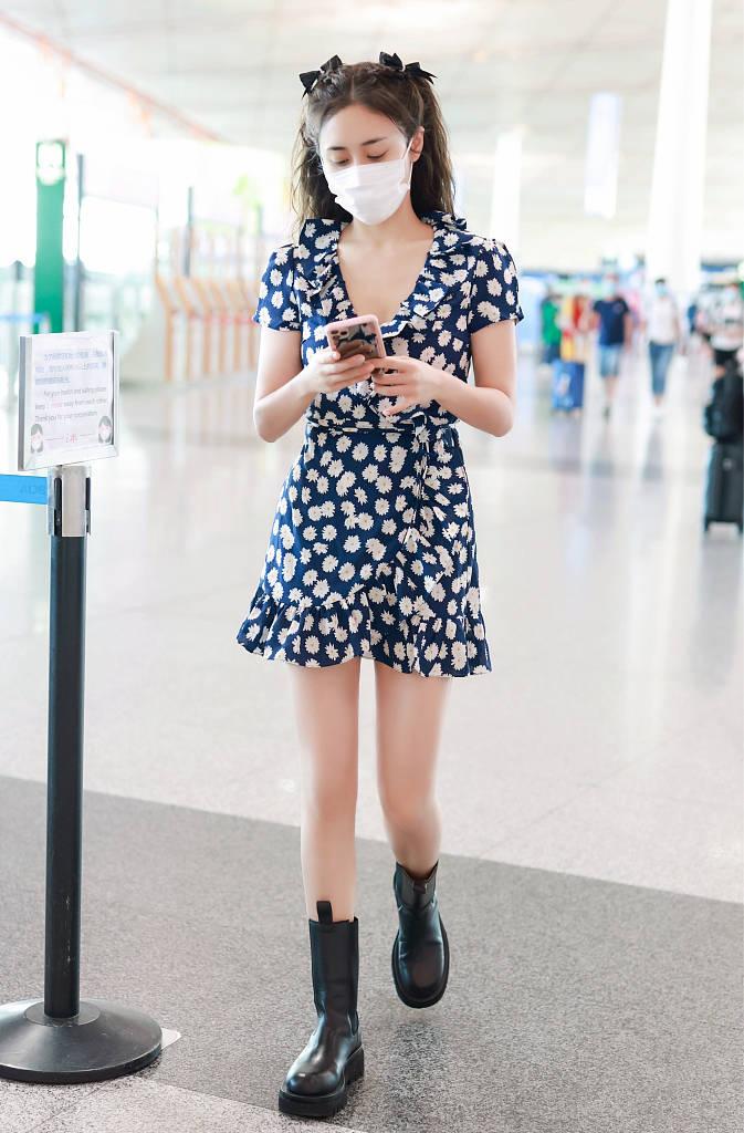 原创刘芸迷上了双马尾,穿小雏菊连衣裙走机场,洋溢着满满的少女情怀