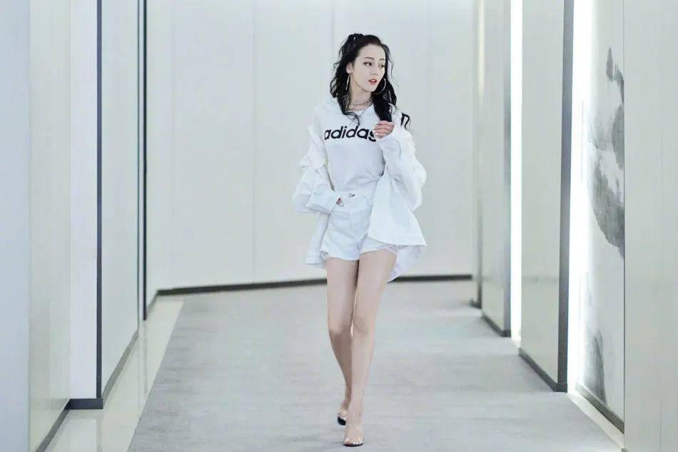 迪丽热巴穿超短裤秀白嫩细长大美腿!婀娜多姿性感撩人