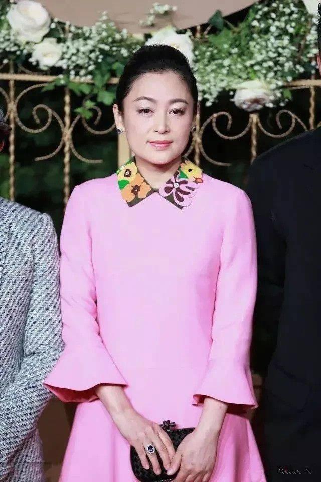 """51岁陈红穿粉裙亮相,气质优雅,但被陈赫的""""裤子""""抢镜了"""