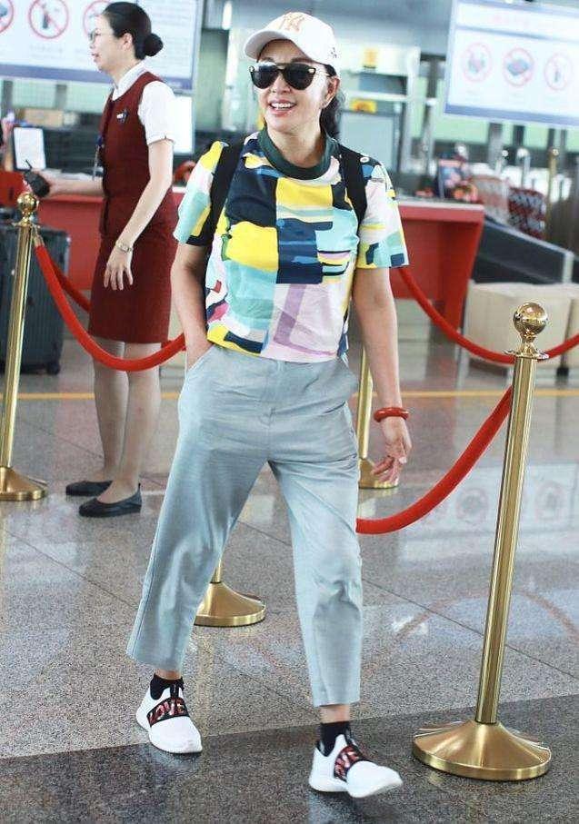 刘晓庆不装嫩更漂亮,穿上了老年碎花衫,搭条休闲长裤!
