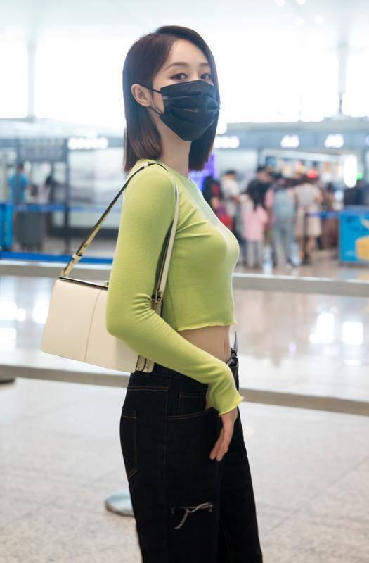 蓝盈莹的美一直被低估!穿露脐装清新活力,169身材比例不输超模