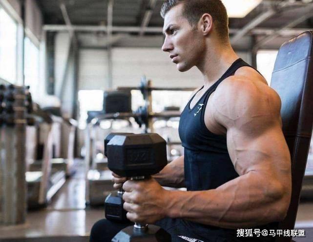 力量对决!农民工VS健身教练,你觉得谁的肌肉最强?