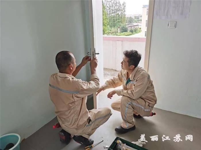 益海(泰州)粮油工业有限公司帮助三河实验小学在开学前对电化教育设备进行检查和维护。