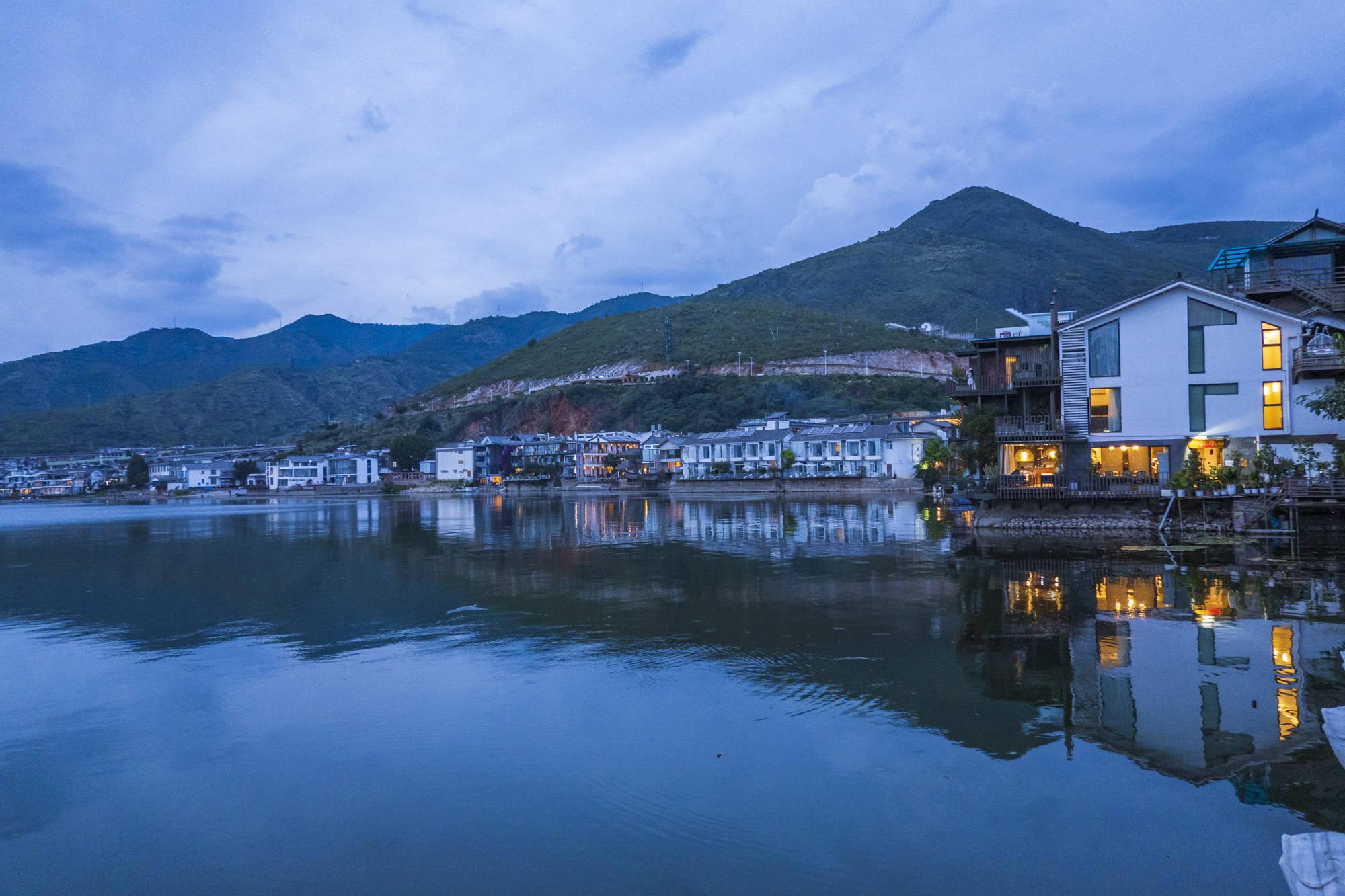 原创             真实的双廊,夜景真的美,参观杨丽萍豪宅,得先花一百元买杯咖啡