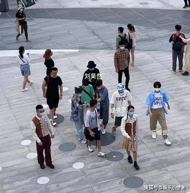 刘昊然、王俊凯、胡先煦同游迪士尼 被赞为梦幻同框