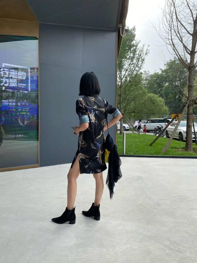 原创             46岁周迅太会穿,参加节目性感黑丝配蝴蝶结头饰,暗黑碰撞甜美风