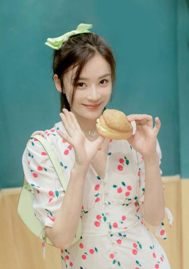 袁姗姗的法式连衣裙裙太抢眼了,灿烂笑容甜美可人,真不愧是女神