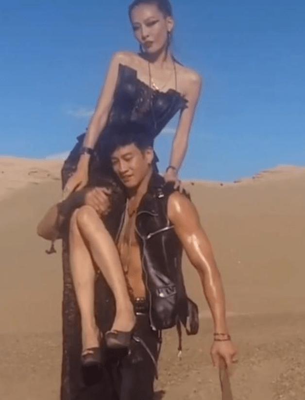 何润东肩扛妻子拍大片,穿马甲大秀好身材,真般配的一对!