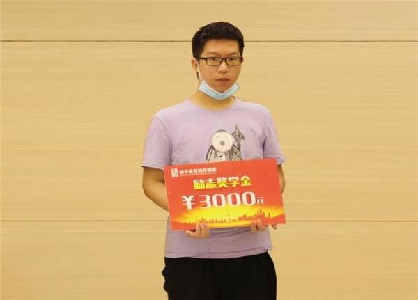 刘瀚璘获得望子成龙学校颁发的3000元奖学金   成绩提高有诀窍,学习习惯来帮忙   刘瀚璘能够实现涨分,除了有望子成龙学校各位老师的帮助,还离不开自己良好的学习习惯.图片