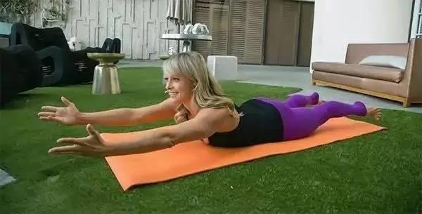 健身女神赵鑫运动和生活两不误,每天训练四次,撩人马甲线看不腻_双腿