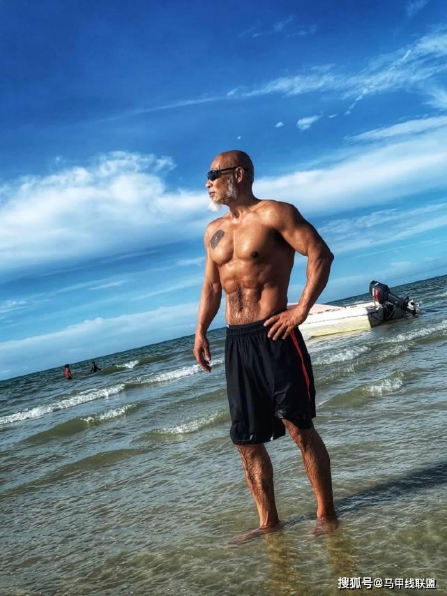 65岁大爷坚持健身,练出一身强壮的肌肉,年轻人看到后都自愧不如