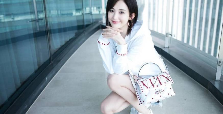 古力娜扎身着白色造型,简约时尚,潇湘