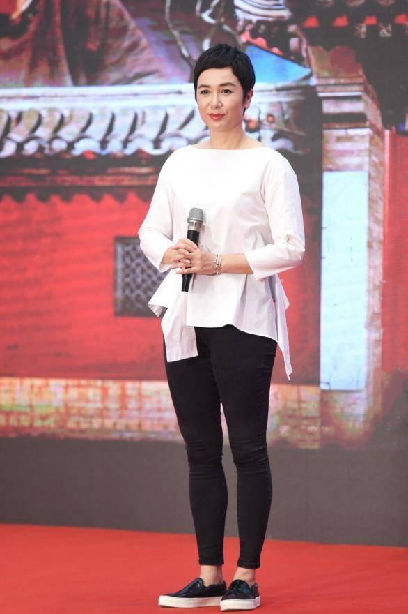 蒋雯丽穿着简单却很时髦,不规则衬衫配紧身裤,端庄又俏皮