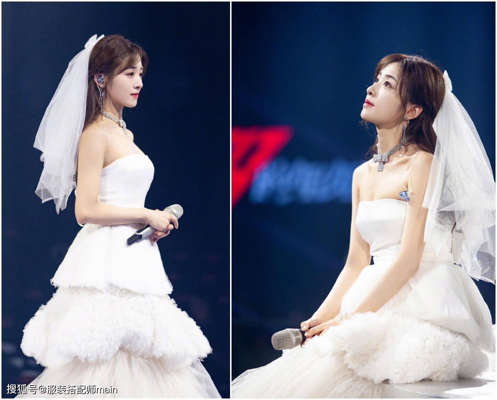 张含韵31岁嫩回18岁,白色衬衫裙搭配格纹马甲,穿对衣服超减龄
