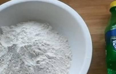 先将雪碧和混淆的玉米粉和淀粉准备好。