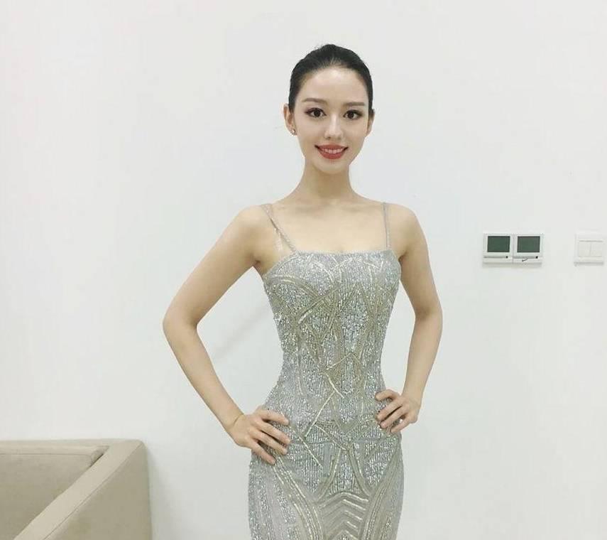 除了婚礼上优雅喜庆的长款旗袍外吉娜