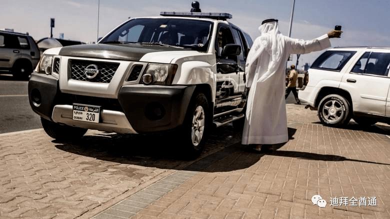 被困迪拜的女游客钱用光了,迪拜警员助