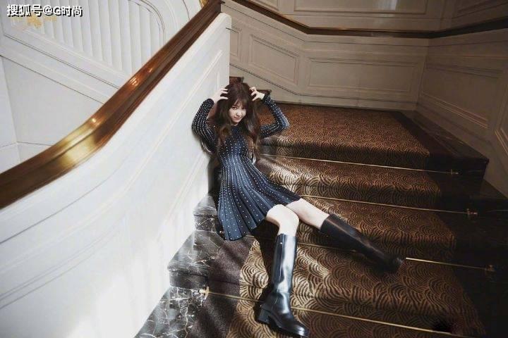 虞书欣身穿钻石点缀黑色连衣裙,摩登不失俏丽,轻松驾驭各种造型