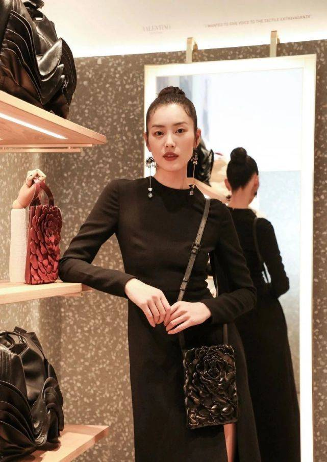 """刘雯太让人心动!身穿黑色开叉连衣裙大秀""""电线腿"""",不愧是超模"""