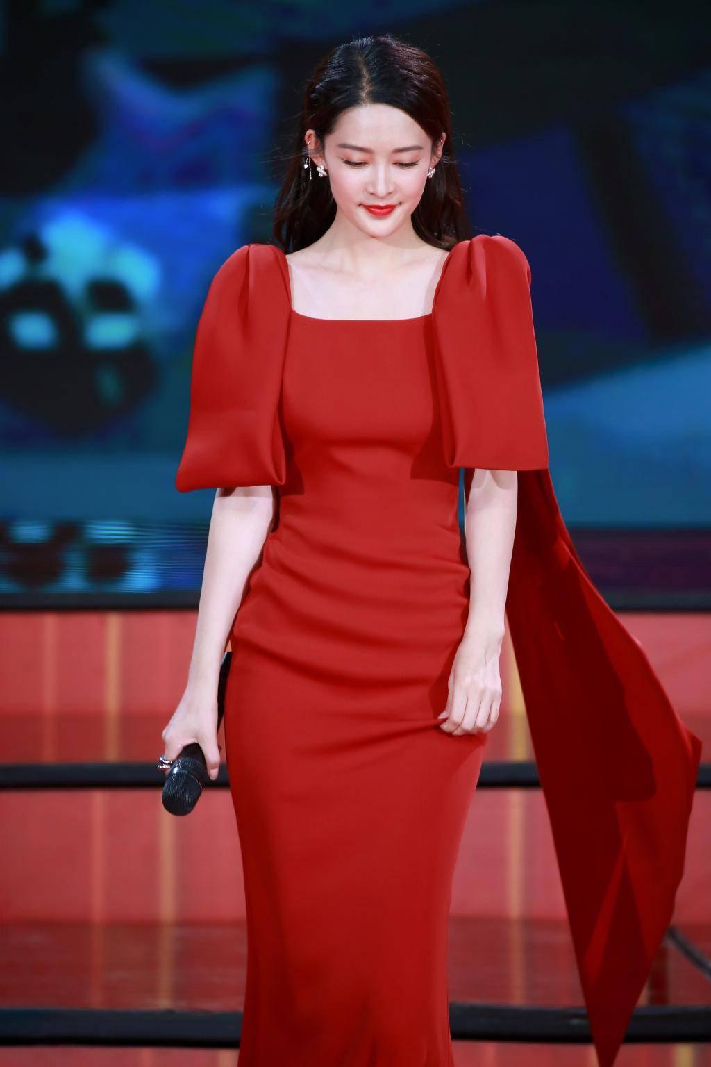 原创             谁的国庆红裙最美?唐嫣大伞裙端庄,刘涛童瑶斗篷裙太有气势