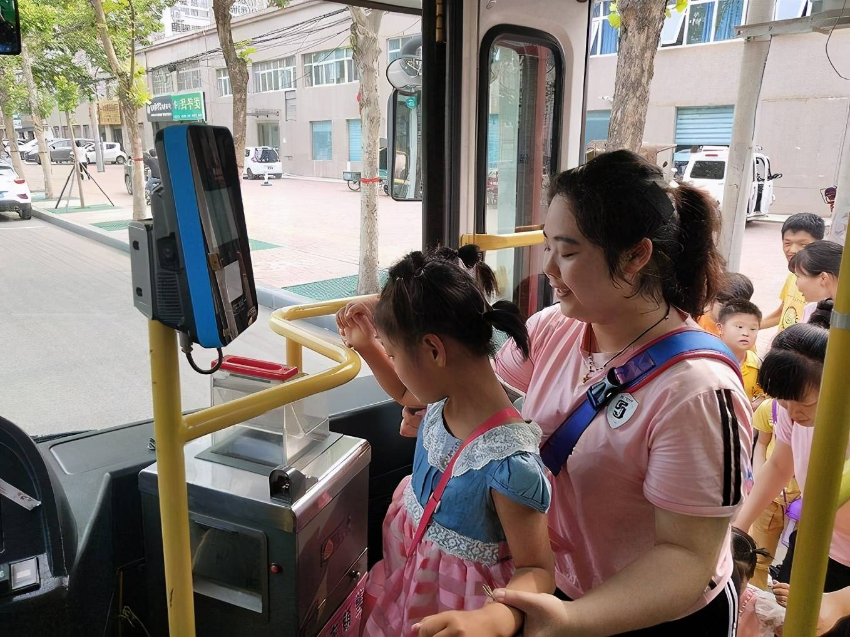 """孩子公交上""""拉臭臭"""",乘客怨声不断,一旁妈妈的做法让人称赞"""