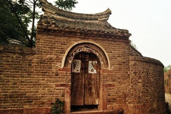 <b>在河南有一个古老的村庄,是用花岗岩墙建造的</b>