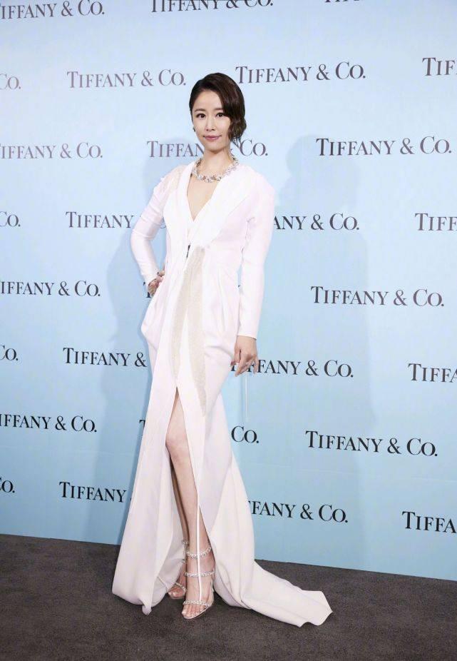 被林心如的气质所折服,身穿一袭白色连衣裙耀眼夺目,优雅又高贵