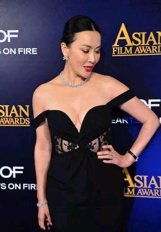 """当54岁刘嘉玲撞上45岁贾静雯,同穿""""滑肩""""礼服,生过孩子就是不一样"""