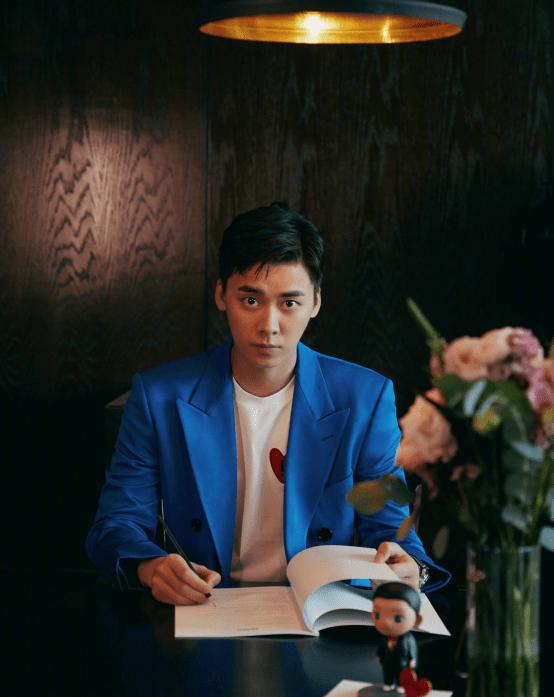 ope官方网站:李易峰太棒了 深黑色毛衣以一件风衣的投降来迎接人们 让人心中充满爱意