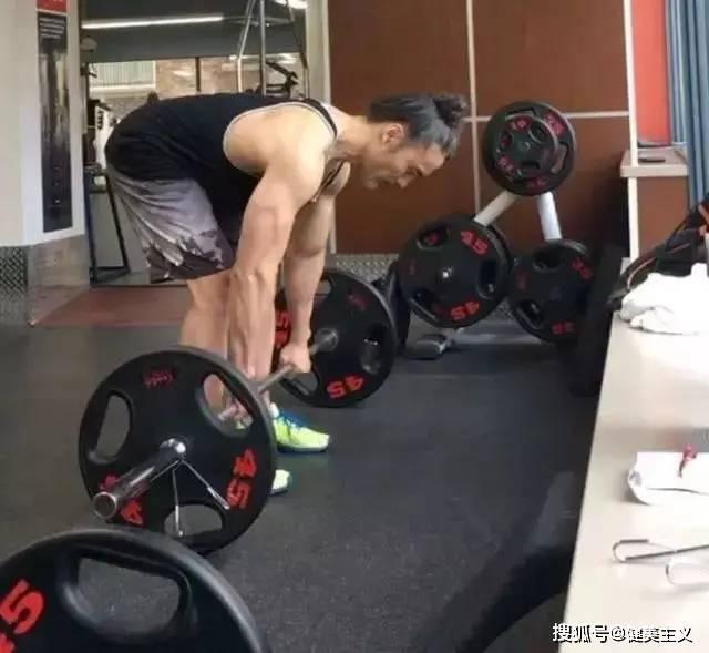 50岁大叔挑战900个引体向上、2500个俯卧撑,肌肉秒杀90%的年轻人