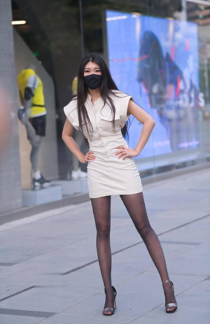 商务风格短款包臀裙配黑丝,展现出不错的气场,尽显优雅迷人气质