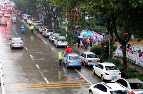 """暖心!渭南交警为在雨中的学生开辟""""专用通道""""-ope体育官网"""