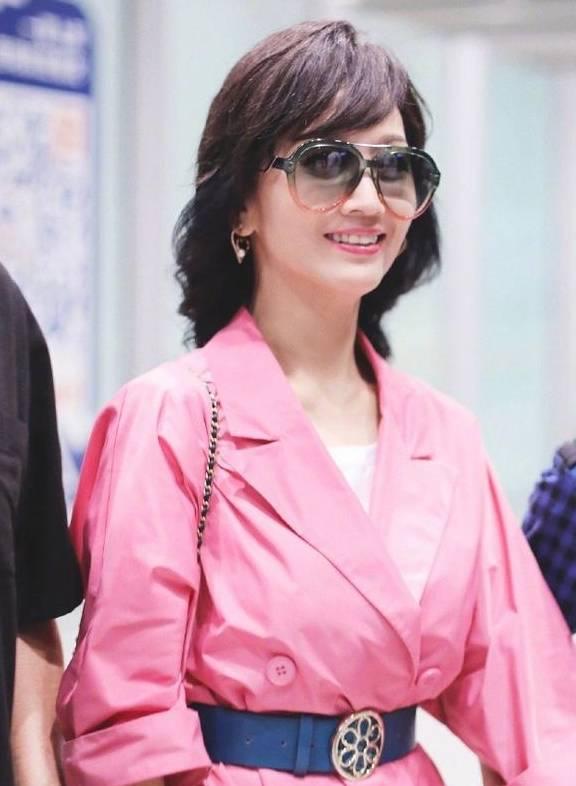 有一种时尚叫''赵雅芝'',奶奶范的少女穿搭,一身粉色风衣好高调