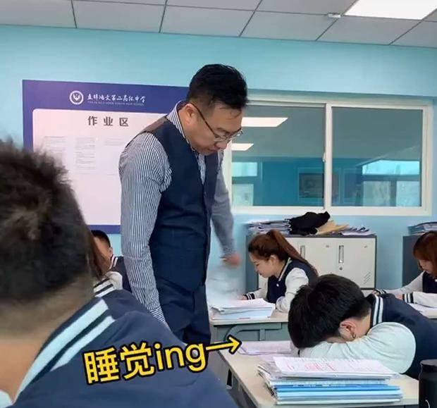 《最调皮的老师》火了 发现学生上课睡觉后戴口罩吓唬 网友笑喷
