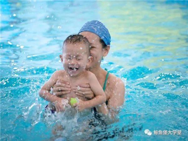 鲸鱼堡亲子游泳   让陪伴温暖孩子的整个童年