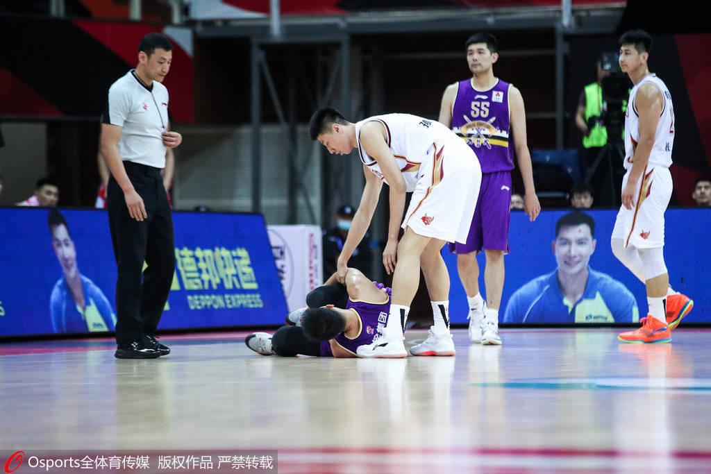 京媒:俞长栋遭歹意垫脚伤势不明 对北控新赛季影响巨大