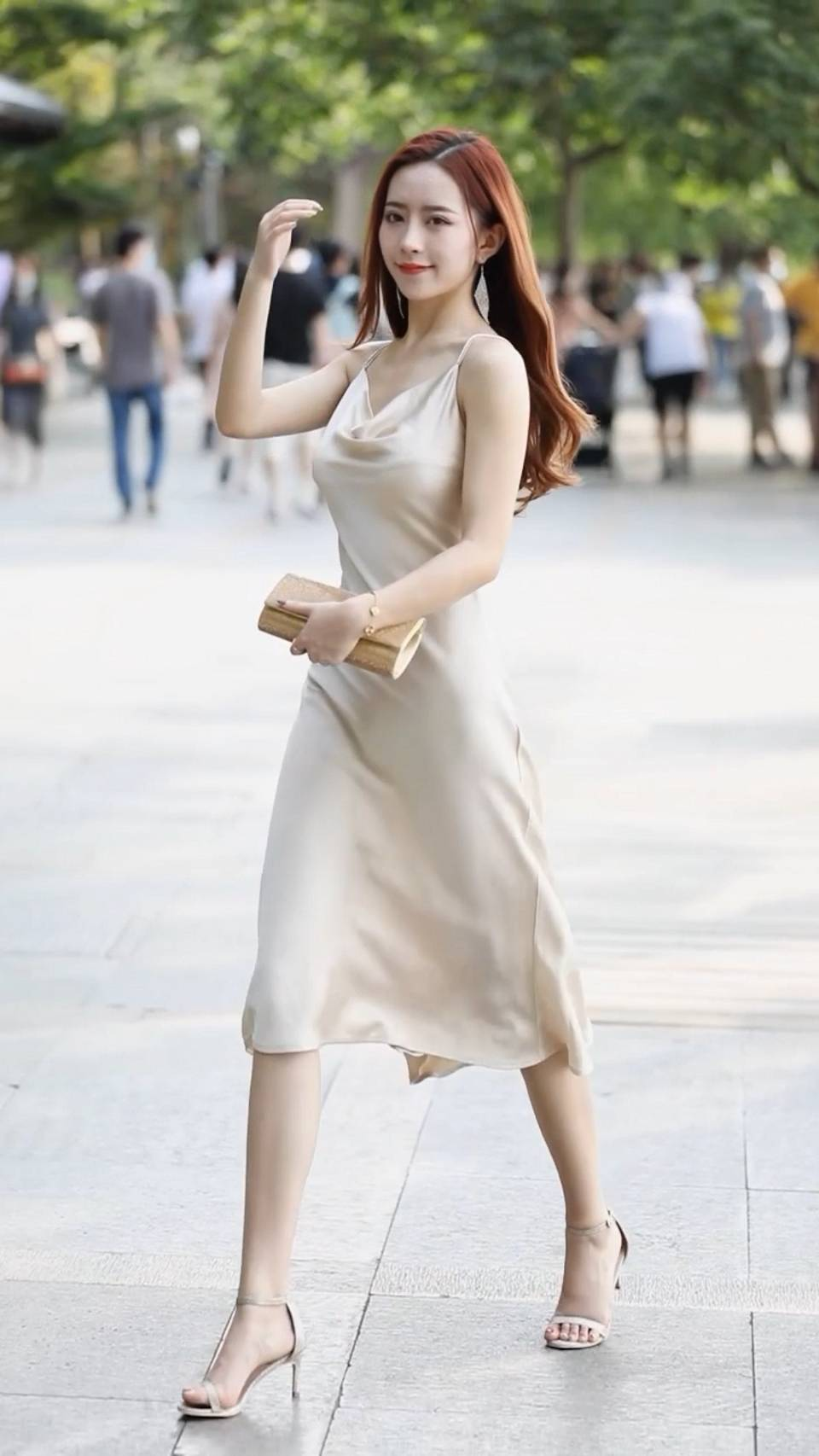 街拍,美女穿改良的旗袍,尽显知性魅力