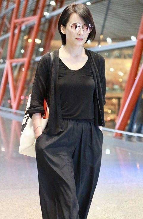 原创             俞飞鸿不秀身材不扮嫩,一身黑演绎极简时尚,中年女人都该学习了