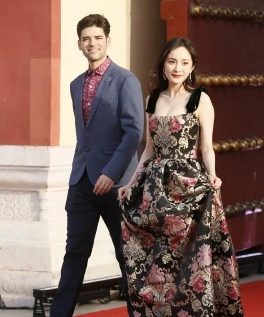 杨幂红毯造型曝光,身穿中国风碎花吊带长裙,运动鞋意外抢镜