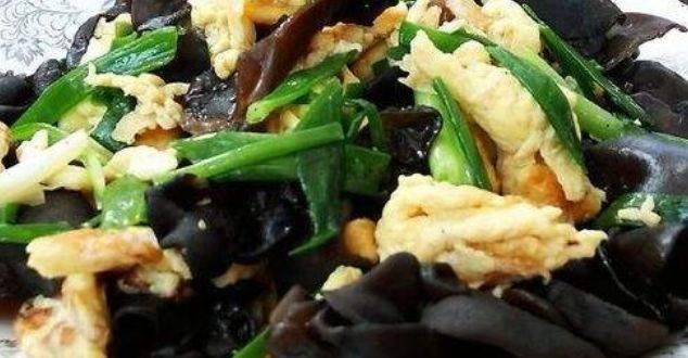 特别简单的家常菜,葱花香木耳脆,鸡蛋焦黄又美味,给肉都不换