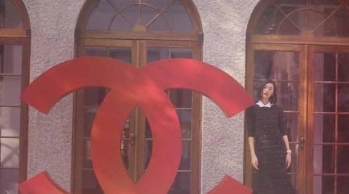刘雯出席活动拍美照,条纹连衣裙搭白衬衫,黑发红唇让人惊艳
